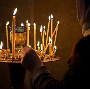 ეკლესიაში დანთებული სანთლები