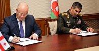 Министр обороны Грузии Леван Изория и его азербайджанский коллега Закир Гасанов