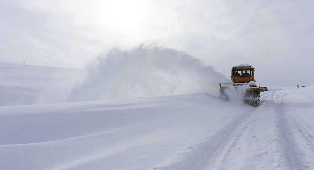 Снег расчищают на автомагистрали Мцхета-Степанцминда-Ларс