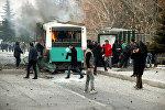 Люди рядом с загоревшимся от взрыва автобусом в Кайсери, Турция