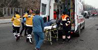 Раненого мужчину забирают на скорой после теракта в Кайсери, Турция