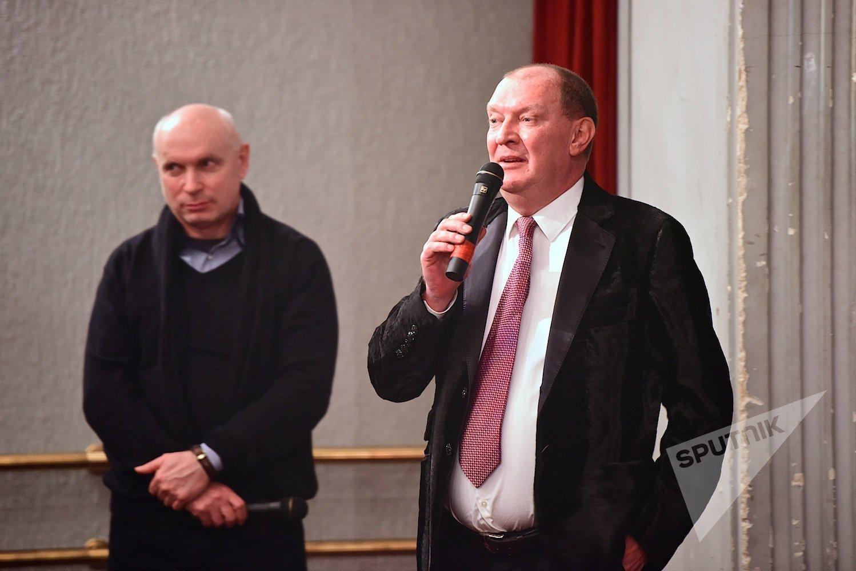 Глава Русского клуба Николай Свентицкий (справа) на показе фильма Русские и грузины Евгения Кожокина (слева)
