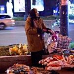 Продавщица новогодних сувениров на проспекте Руставели занята делом - она надувает игрушку Hello Kitty