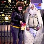 Жители столицы Грузии фотографируются на память у главной новогодней елки страны с грузинским Дед Морозом - Товлис Бабу. Артисты, одетые в новогодние костюмы, находятся у елки целый день