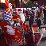 Но зато рядом с Дедом Морозом, образ которого был очевидно, более привычен тбилисцам, постоянно толпились люди