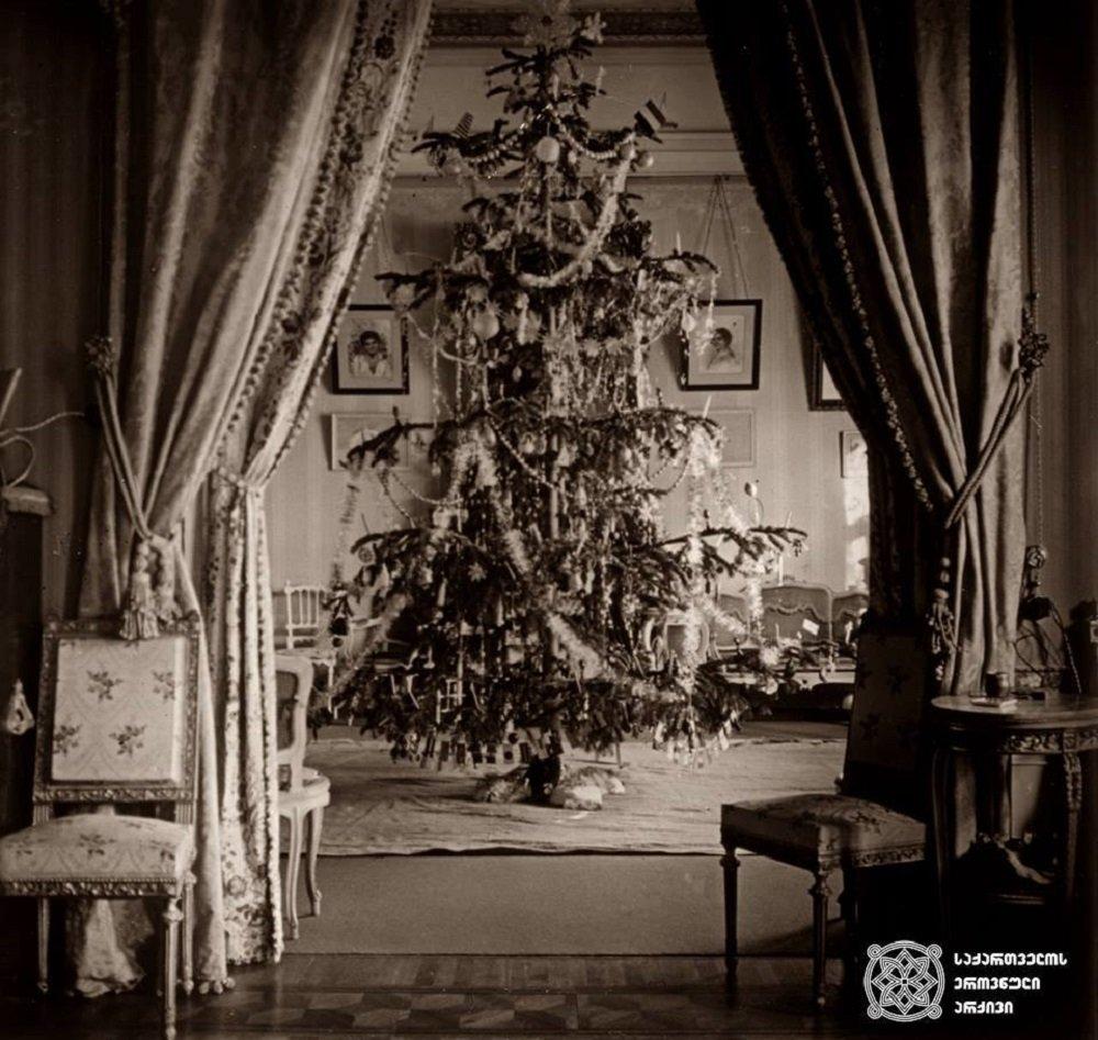 Новогодняя елка, установленная в одной из тбилисских квартир в начале XIX века
