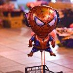 Надувной Человек-Паук - неподалеку от новогодней елки на проспекте Руставели до позднего вечера бойко идет торговля новогодними игрушками и сувенирами