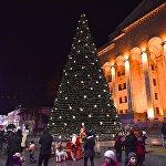 Так выглядит главная новогодняя елка Грузии, которую каждый год по традиции устанавливают на проспекте Руставели у здания парламента в центре Тбилиси. Вечерами в столице Грузии заморозки - до -9, поэтому людей на улицах не так много