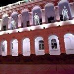 Рядом со зданием парламента на проспекте Руставели расположен Дворец учащейся молодежи, который перед Новым годом украсили фигурами ангелов