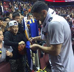 Центровой клуба НБА Голден Стэйт Уорриорз Заза Пачулия раздает автографы