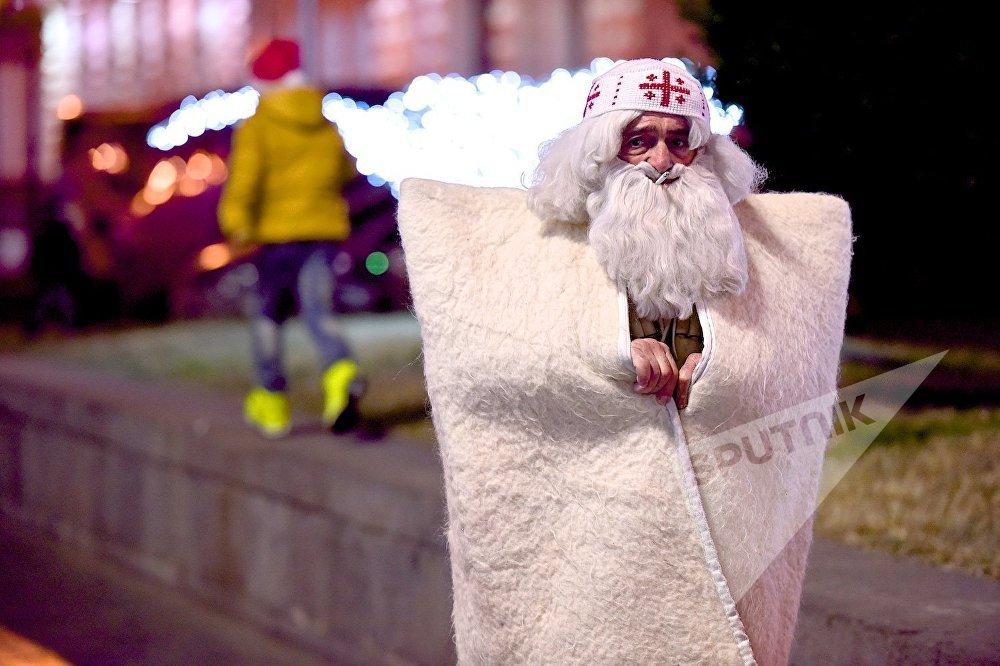 Грузинский Дед Мороз - Товлис Бабу, отдыхает после фотосессии
