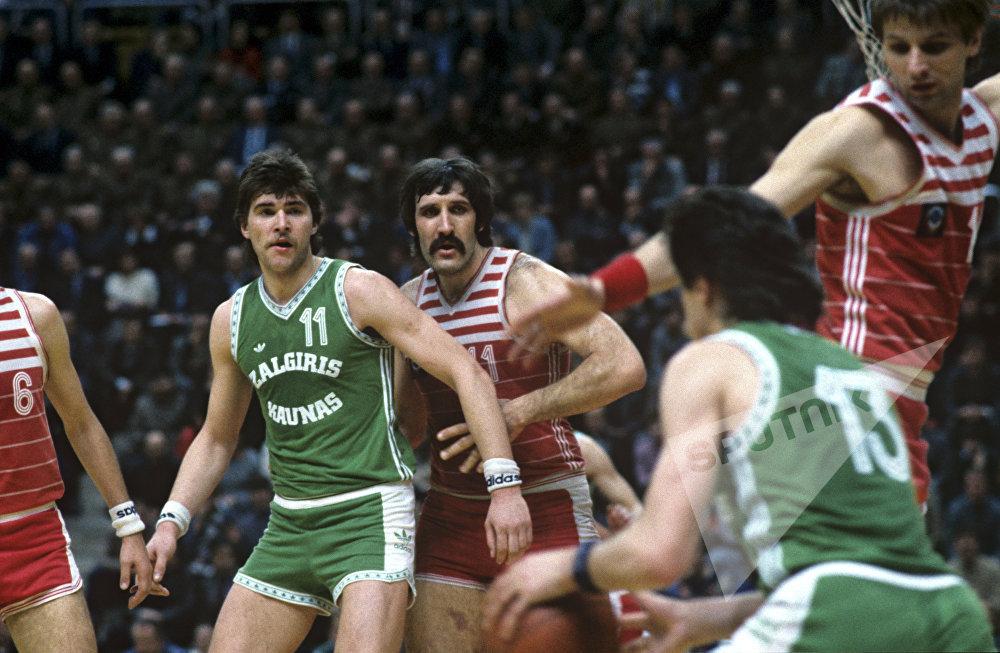 С 1985 по 1987 год, три сезона подряд Сабонис вместе со своей командой завоевывал золотые медали чемпионата по баскетболу СССР.