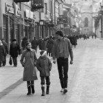 В 1999 году посетители сайта NBA.com избрали Арвидаса Сабониса как иностранца, который внес наибольший вклад в NBA. На фотографии: Сабонис с сестрой и братом во время прогулки по городу.