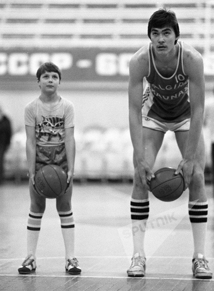 Арвидас Сабонис во время тренировки со своим братом Андрюсом.