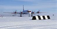 Самолет ИЛ-18 на аэродроме станции Молодежная