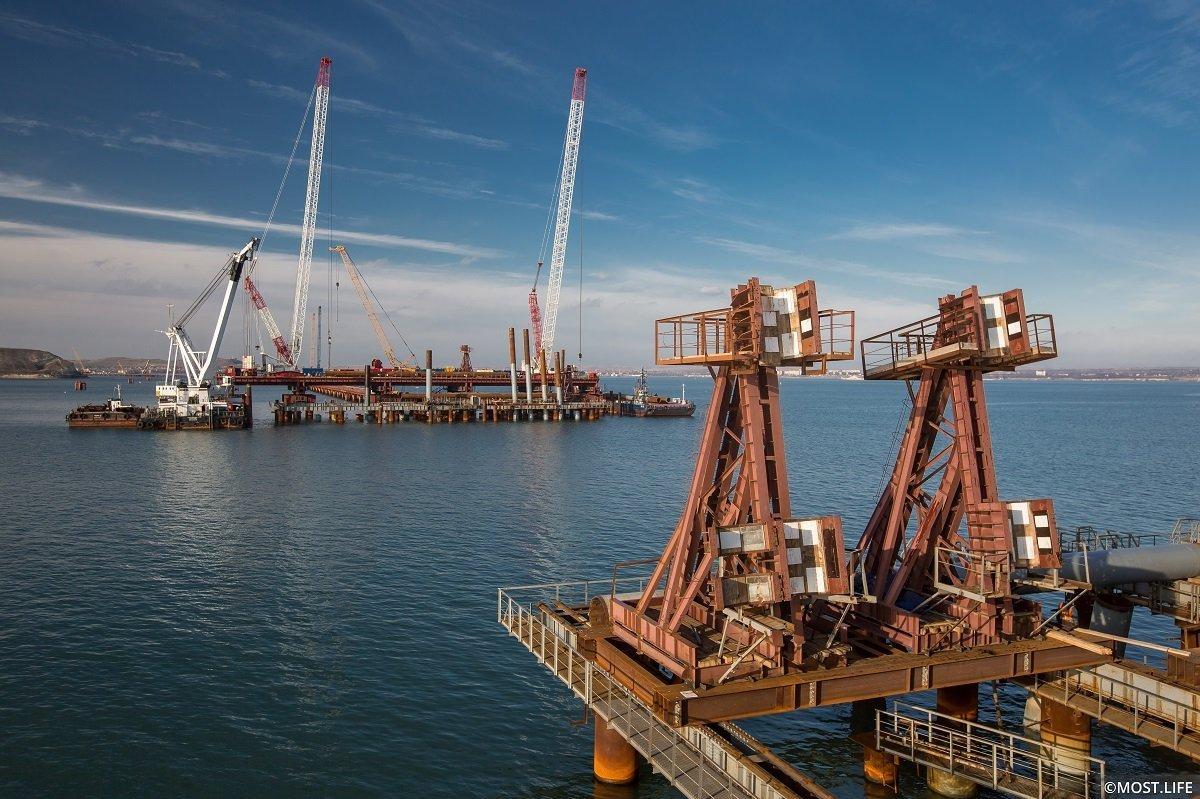 Направляющие кондукторы для погружения трубосвай под опору судоходного пролета моста в Керченском проливе