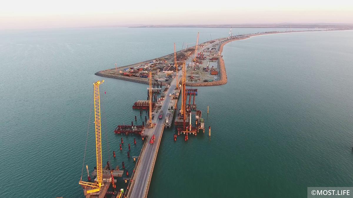 Устройство автомобильных и железнодорожных опор моста на острове Тузла и в Керченском проливе с рабочего моста №2
