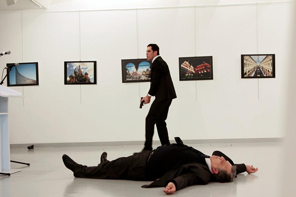 რუსეთის ელჩი ანდრეი კარლოვი, შეიარაღებული თავდასხმისას სასიკვდილოდ დაჭრილი წევს იატაკზე სამხატვრო გალერეაში