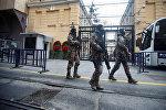 Сотрудники турецкого спецназа патрулируют территорию у здания российского консульства в Стамбуле