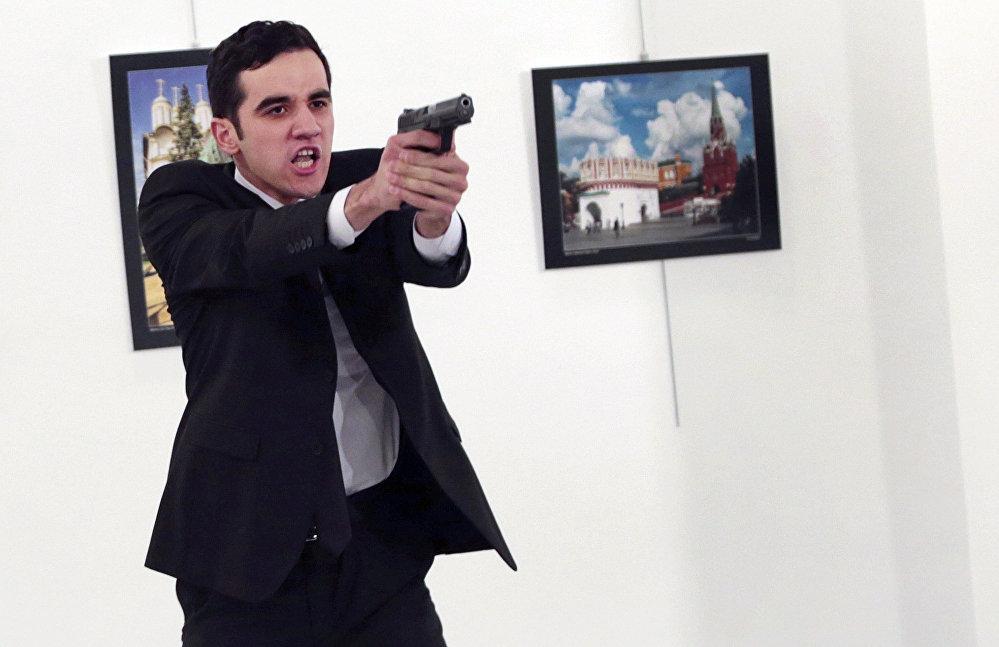 ადამიანს, რომელიც ამოიცნეს როგორც მევლუთ მერთ ალთინთასი, ხელში უჭირავს ცეცხლსასროლი იარაღი, რომლითაც მან რუსეთის ელჩი მოკლა