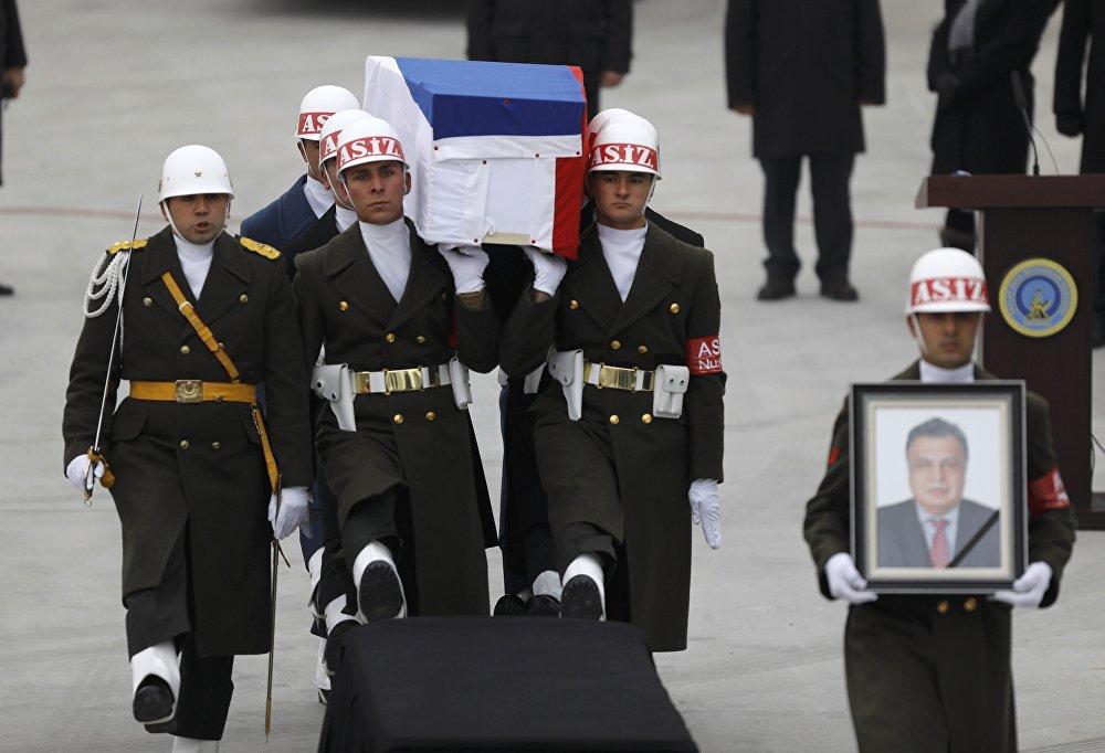თურქეთში მოკლული რუსი ელჩის ცხედარს მიასვენებენ თვითმფრინავისკენ