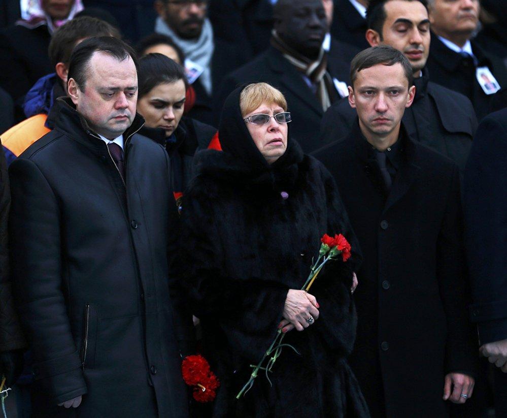 მოკლული ელჩის, ანდრეი კარლოვის მეუღლე მარინა კარლოვა ანკარის აეროპორტში, სამგლოვიარო ცერემონიისას დაღუპულ მეუღლეს ემშვიდობება