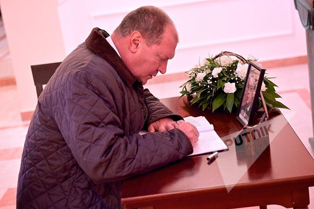 საქართველოში რუსი თანამემამულეების ორგანიზაციის საკოორდინაციო საბჭოს ხელმძღვანელი, რუსული კლუბის პრეზიდენტი და გრიბოედოვის სახელობის რუსული თეატრის დირექტორი ნიკოლოზ სვენტიცკი მივიდა შვეიცარიის საელჩოში რუსეთის ინტერესების სექციაში, სადაც ჩანაწერი დატოვა სამძიმრის წიგნში, რომელიც თურქეთში რუსეთის ელჩის ანდრეი კარლოვის გარდაცვალებასთან დაკავშირებით გაიხსნა.
