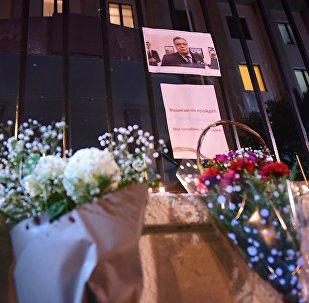 Цветы и горящие свечи у здания Секции интересов РФ при посольстве Швейцарии в Грузии, где была открыта траурная книга для выражения соболезнований в связи с гибелью в Турции в результате террористического нападения посла РФ Андрея Карлова