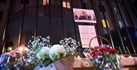 ყვავილები და დანთებული სანთლები რუსეთის ინტერესების სექციის შენობასთან, სადაც გახსნილი იყო სამძიმრის წიგნი თურქეთში რუსეთის ელჩის, ანდრეი კარლოვის გარდაცვალებასთან დაკავშირებით