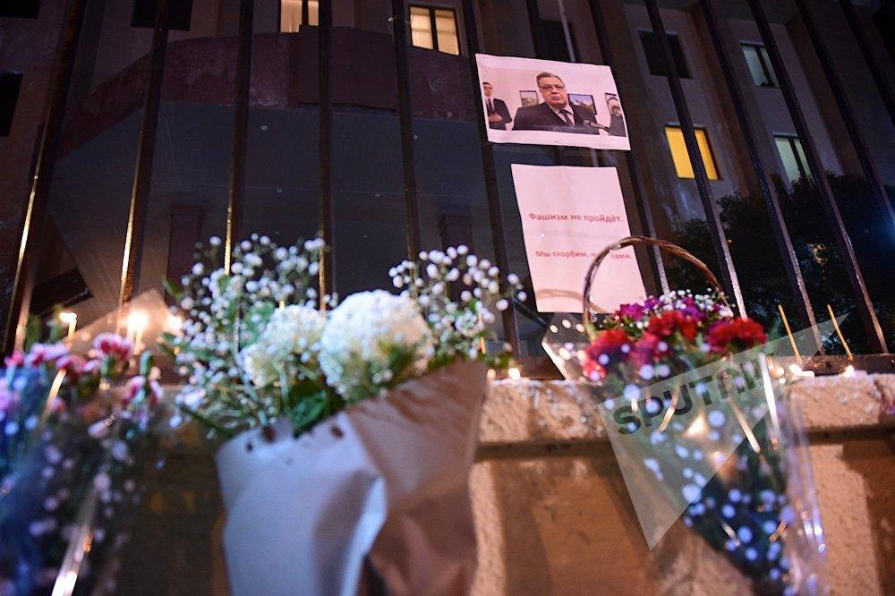 ყვავილები და დანთებული სანთლები რუსეთის ინტერესების სექციის შენობასთან, სადაც გახსნილი იყო სამგლოვიარო წიგნი თურქეთში რუსეთის ელჩის, ანდრეი კარლოვის გარდაცვალებასთან დაკავშირებით