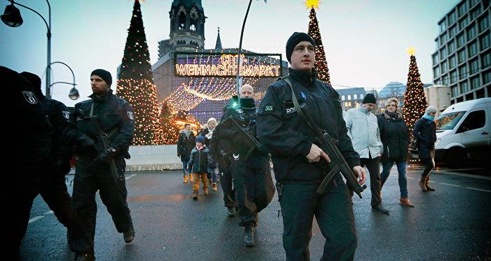 Вооруженная автоматами полиция патрулирует рождественскую ярмарку в Берлине