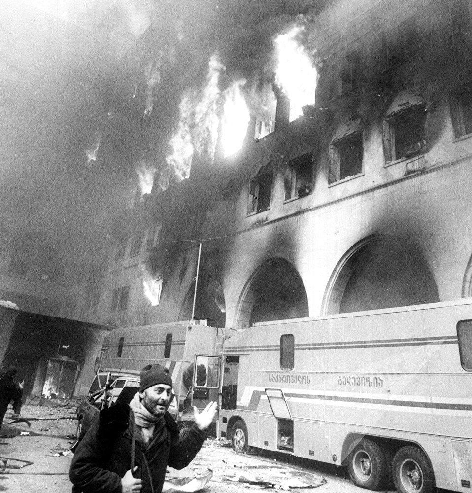 სამოქალაქო ომი თბილისში - პარლამენტის შენობის ეზოში
