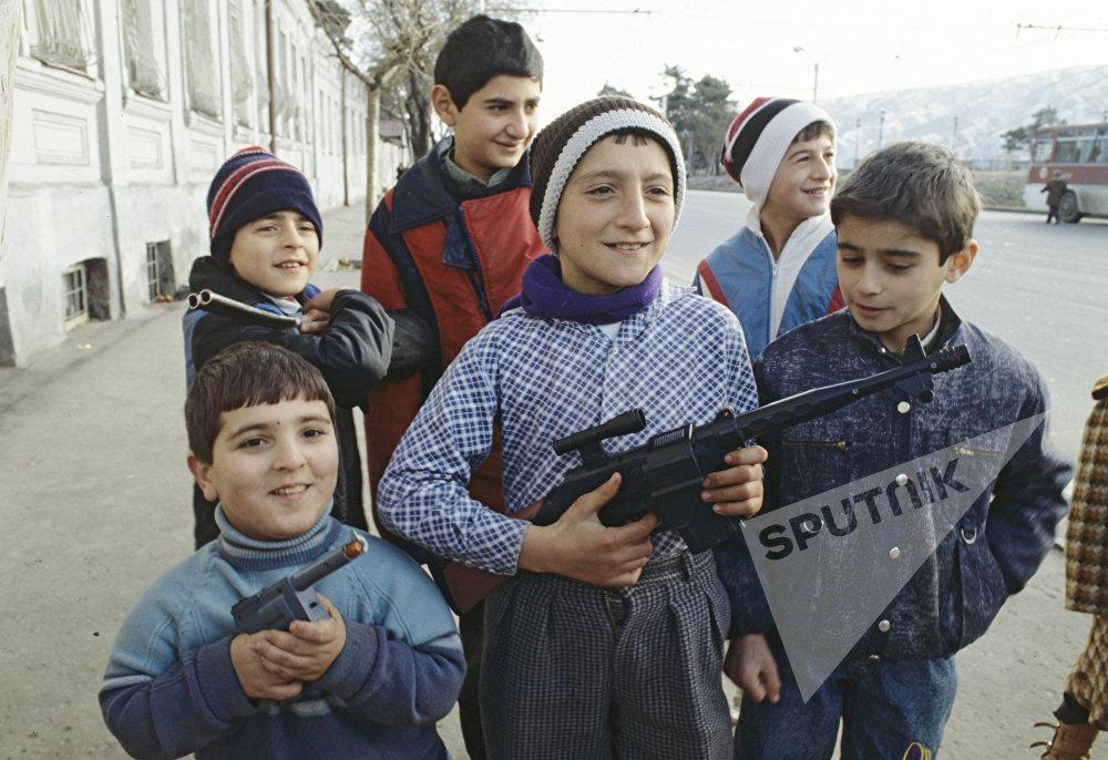 ქართელი ბავშვები იარაღებით თამაშობენ