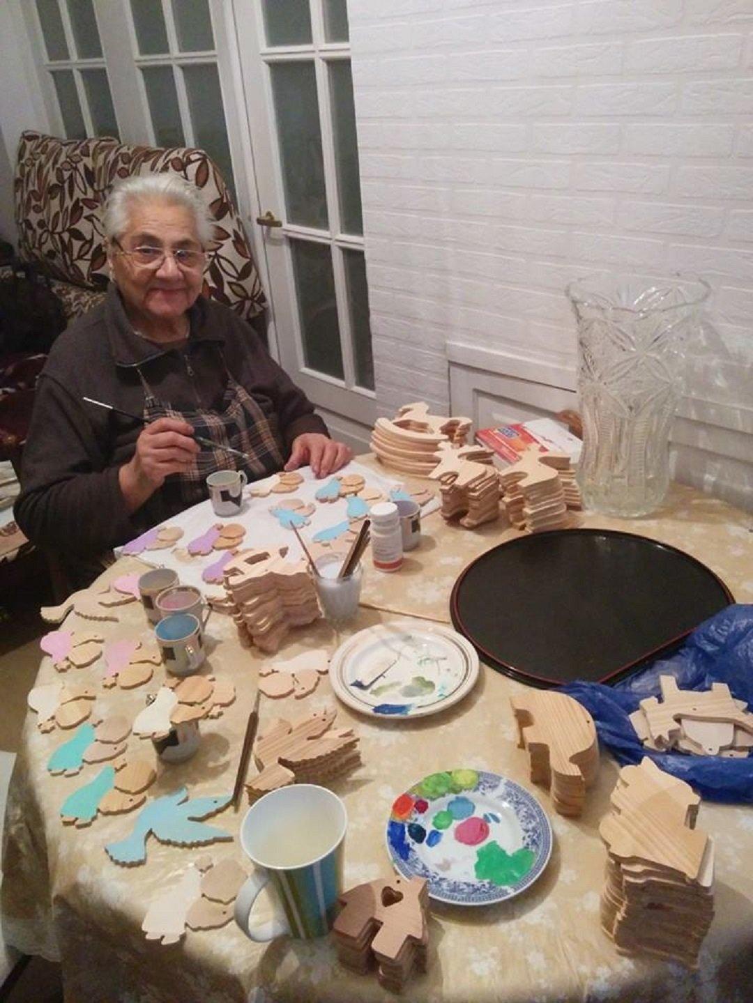 ნელი ოშაყმაშვილი 80 წლის ბებოა, რომელიც  შვილიშვილთან, თაკო ბაქრაძესთან ერთად, ნაძვის ხის სათამაშოებს თავად ამზადებს.