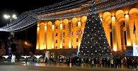 Главная новогодняя елка Грузии на проспекте Руставели у здания парламента