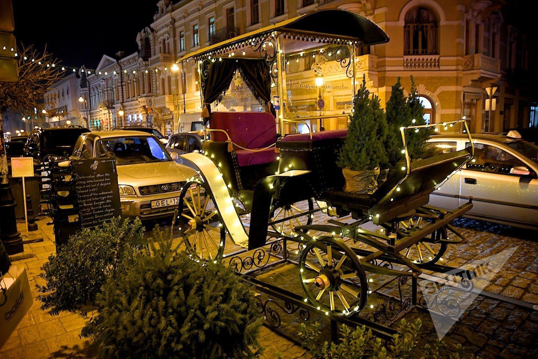 Новогодний Тбилиси - украшенная праздничной иллюминацией карета на проспекте Давида Агмашенебели
