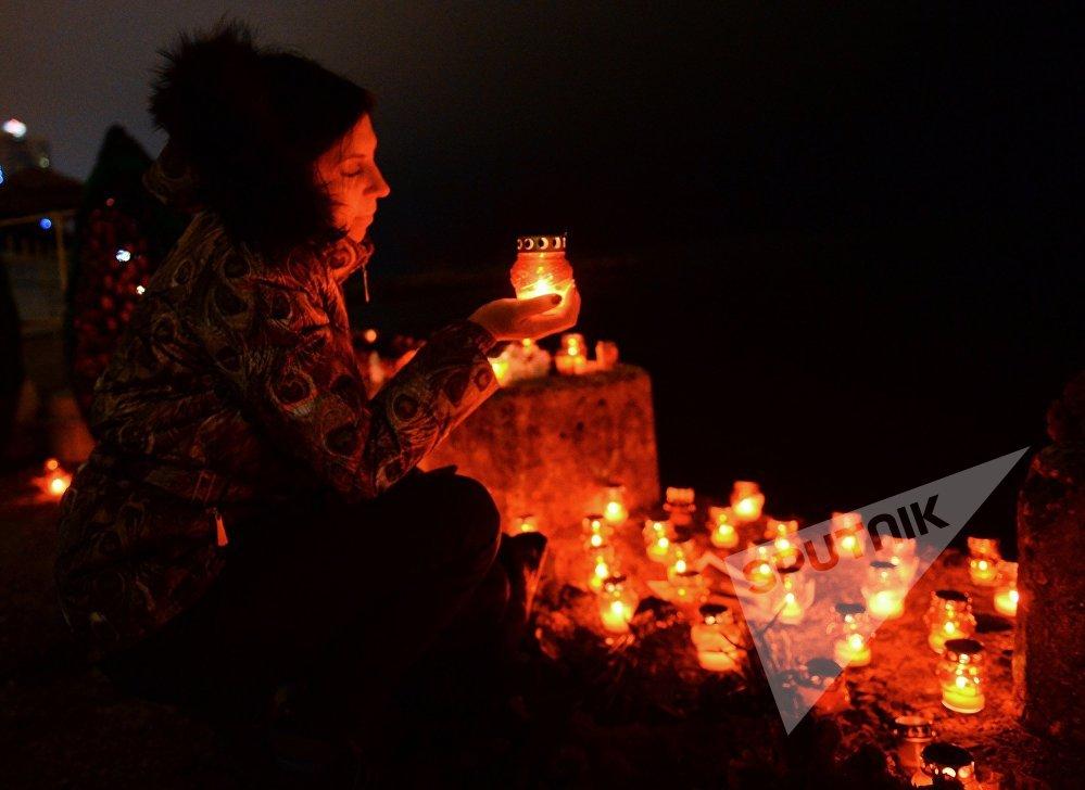 ქალი დაღუპულთა ხსოვნის აქციაზე სოჭში, სადაც რუსეთის თავდაცვის თვითმფრინავი Ту-154 ჩამოვარდა შავი ზღვის სანაპიროზე