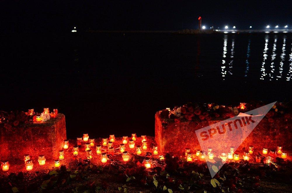 სანთლები და ყვავილები დაღუპულთა ხსოვნის აქციაზე სოჭში, სადაც რუსეთის თავდაცვის თვითმფრინავი Ту-154 ჩამოვარდა შავი ზღვის სანაპიროზე