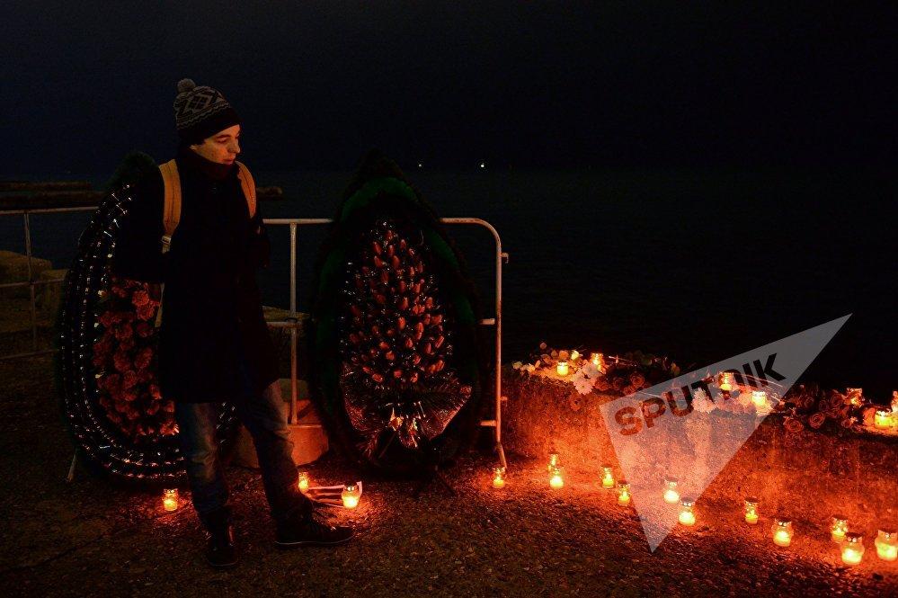 მამაკაცი დაღუპულთა ხსოვნის აქციაზე სოჭში, სადაც რუსეთის თავდაცვის თვითმფრინავი Ту-154 ჩამოვარდა შავი ზღვის სანაპიროზე