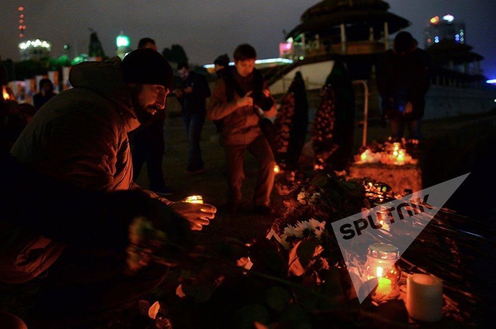 ქალაქის მაცხოვრებლები დაღუპულთა ხსოვნის აქციაზე სოჭში, სადაც რუსეთის თავდაცვის თვითმფრინავი Ту-154 ჩამოვარდა შავი ზღვის სანაპიროზე