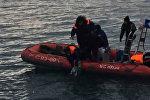 Спасатели МЧС РФ подняли из воды предположительно фрагменты упавшего Ту-154