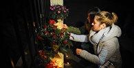 Люди у Секции интересов РФ при Посольстве Швейцарии в Грузии скорбят в связи с крушением самолета Ту-154