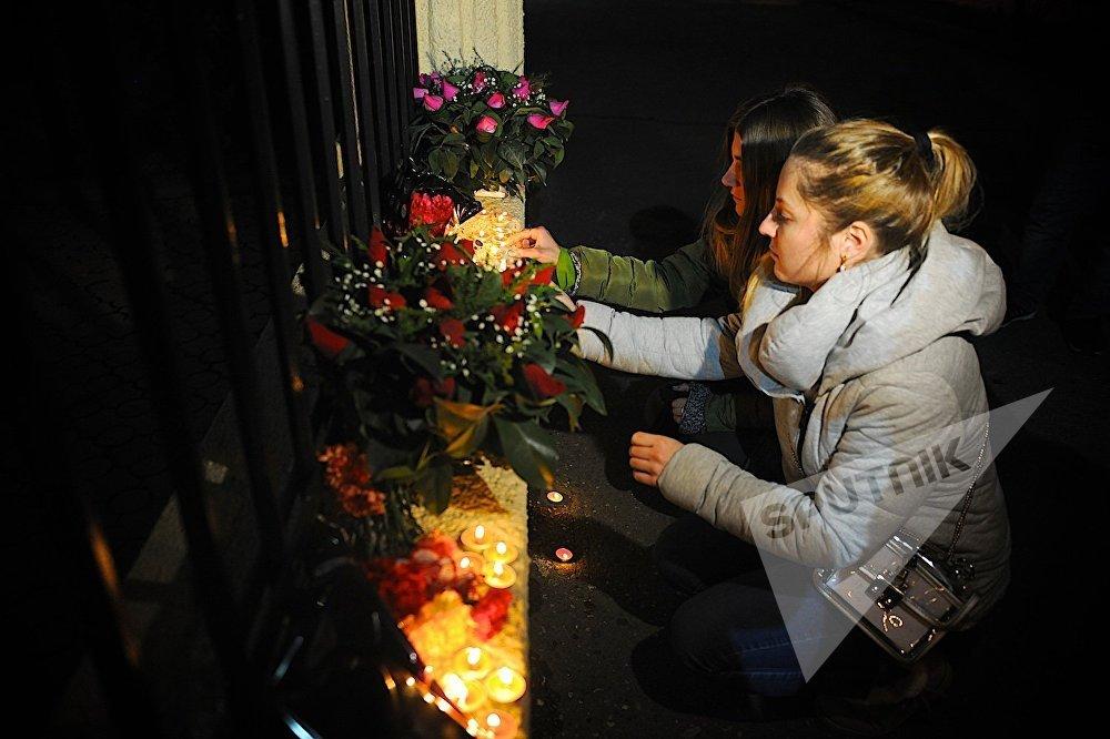 Горящие свечи и цветы у ограды Секции интересов РФ при Посольстве Швейцарии в Грузии - так представители грузинской общественности почтили память погибших в результате авиакатастрофы в Сочи