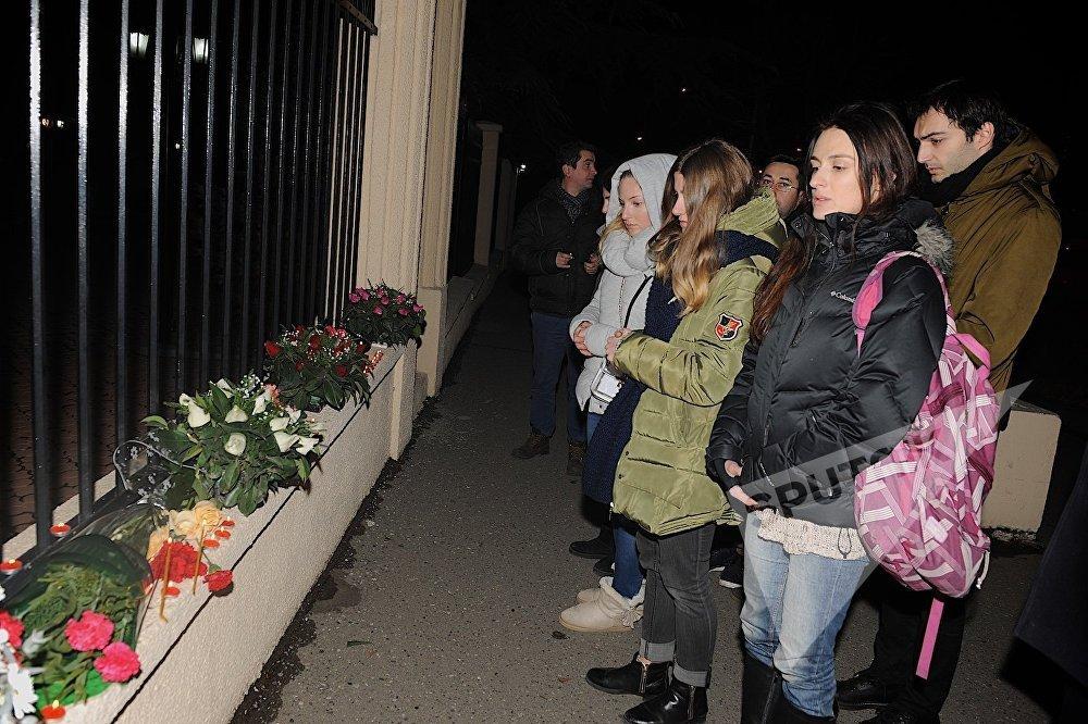Участники акции у Секции интересов РФ в Тбилиси зажгли десятки свечей и стояли у здания, минутой молчания почтив память погибших в авиакатастрофе