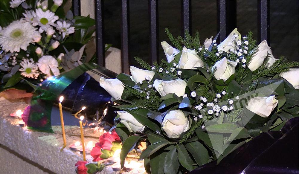 Цветы и свечи, которые принесли жители Тбилиси к Секции интересов РФ при Посольстве Швейцарии в Грузии в память о погибших в Сочи во время авиакатастрофы