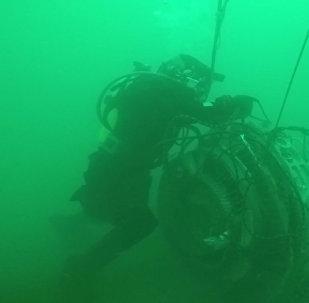 Работа водолазов МЧС РФ по поиску под водой и подъему фрагментов Ту-154