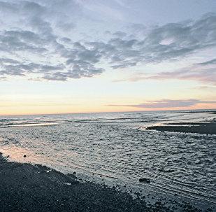 Закат над побережьем Охотского моря у устья реки Анадырки на Камчатке