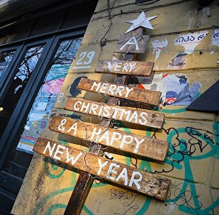 Новогодние украшения на входе в одном из тбилисских кафе