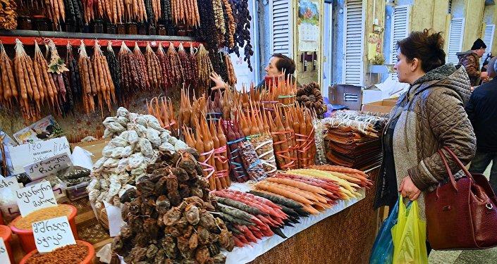 Люди на одном из продуктовых рынков в столице Грузии