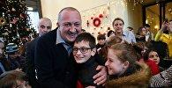 Президент Грузии Георгий Маргвелашвили с детьми на президентской новогодней елке